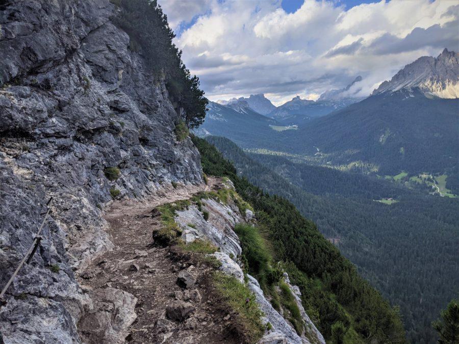 Camino al trekking del lago di Sorapiss, ruta por los Dolomitas