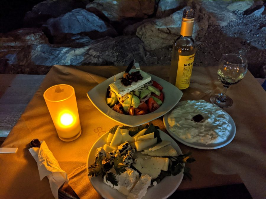 Cena en Parikia, ensalada griega y quesos