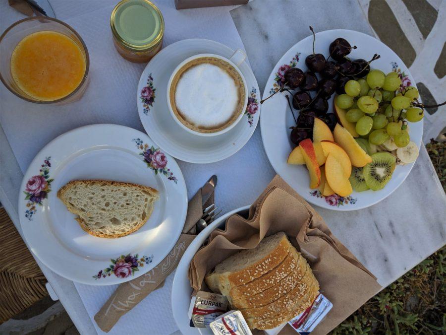 Desayuno en el Thalassitra hotel Milos