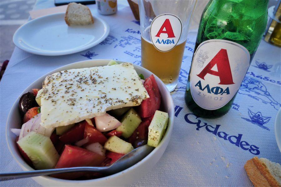 Ensalada y cerveza griega