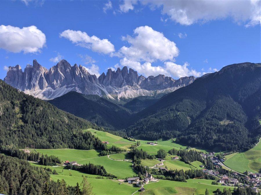 Vistas al valle di Funes, ruta por los Dolomitas