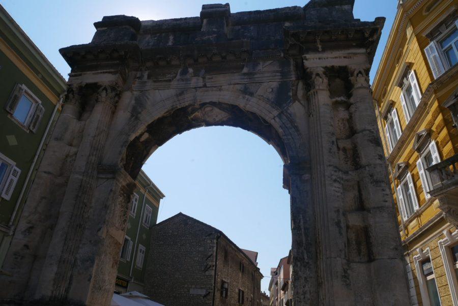 Puertas romanas de acceso a la ciudad de Pula en Croacia