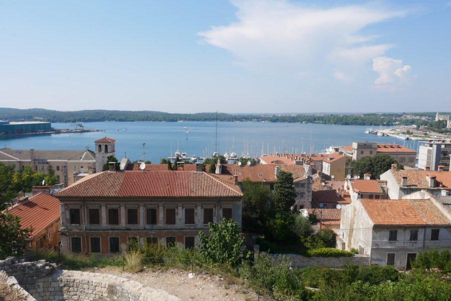 Vistas de la bahía de Pula desde el castillo