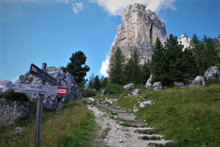 Carteles de señalización en el trekking de Cinque Torri