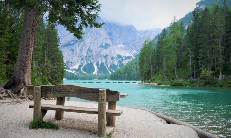Banco en el lago di Braies, los lagos más bonitos de Los Dolomitas