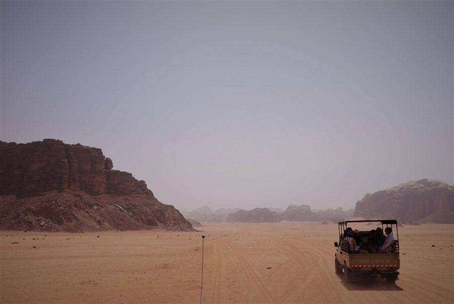 En jeep por Wadi Rum, Jordania