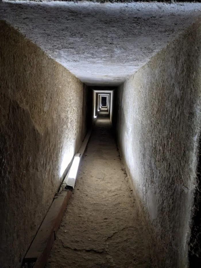 Pasillo en el interior de la pirámide de Kefrén