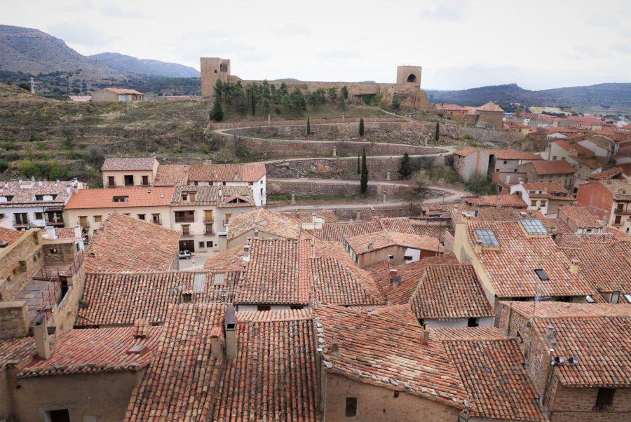 Tejados de Mora de Rubielos y el Calvario desde el castillo