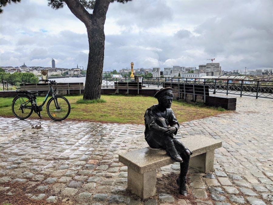Estatua de Julio Verne de joven