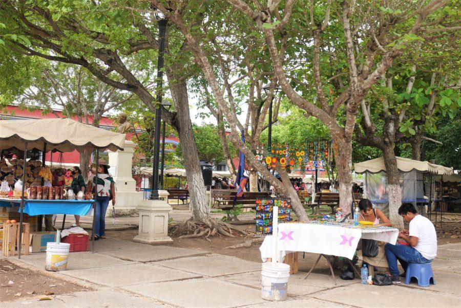 Puestos de artesanías en el centro del pueblo