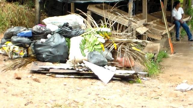 Más acumulación de basura en el Barrio Central de Bluefields, aunque es de los pocos que tiene recolección de basura de lunes a sábado. Foto | Sergio León | La Costeñísima