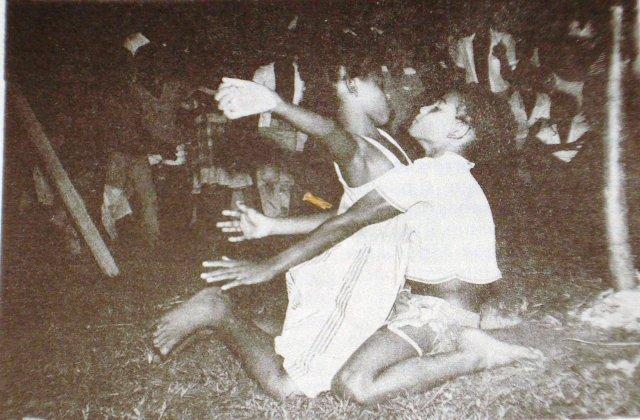 Un par de niños bailando Palo de Mayo en los años ochenta. Foto | Archivo | La Costeñísima