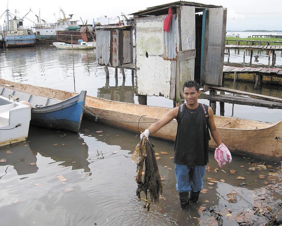 Además de la basura y sedimentos, sobre la bahía también hay letrinas de los pobladores. Foto | La Costeñísima