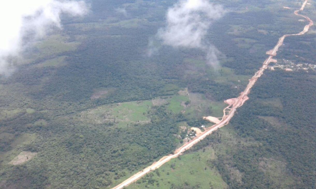 Vista aérea de la trocha donde se construye la carretera Naciones Unidas - Bluefields. Foto | Cortesía | Erwin Espinoza | Bluefields Stereo