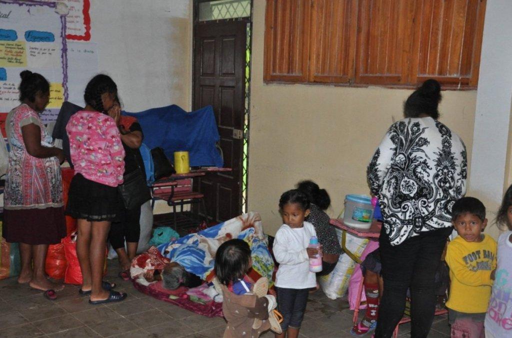 Personas afectadas por el huracán Eta en Albergue