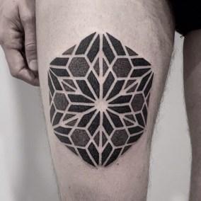 Tatouage mandala géométrique fait par Julien