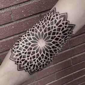 Tatouage géométrique Mandala fait par Julien