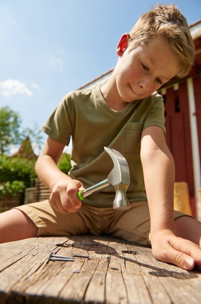 Enfant avec marteau Terra Kids