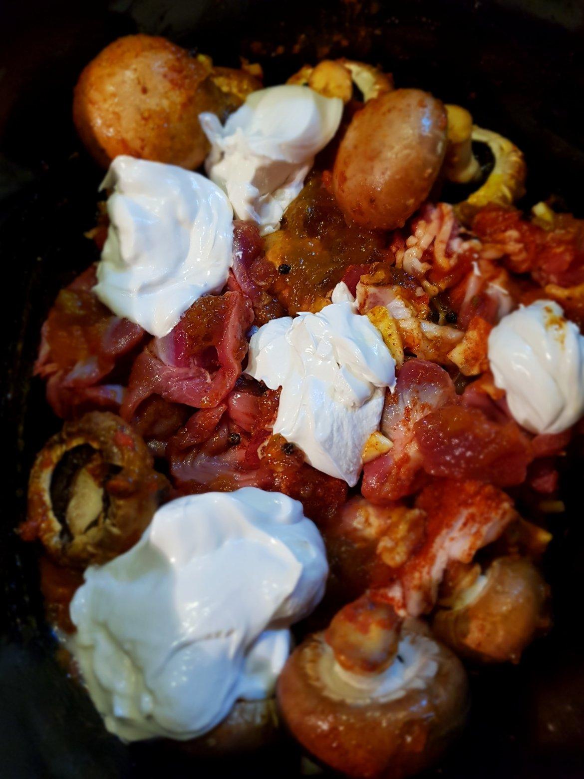 Tocăniță cu  pipote de pui, bacon și ciuperci la slow cooker