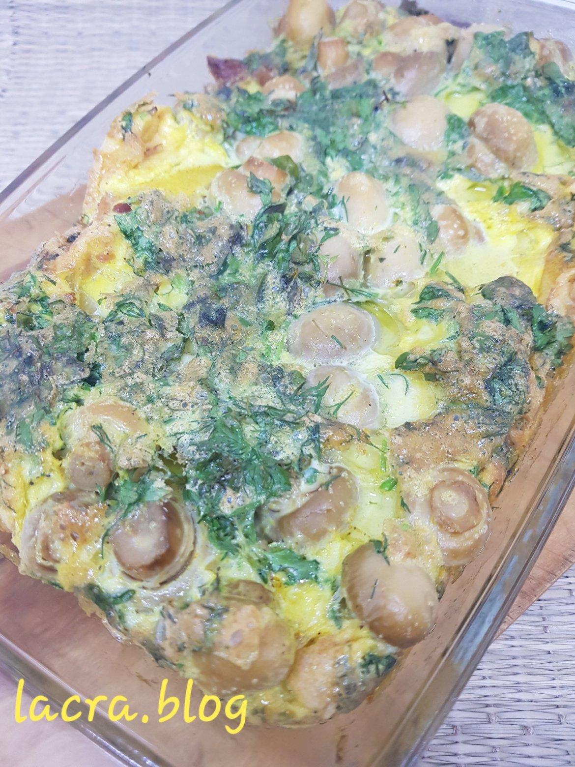 Omletă cu pastramă de porc, ciuperci și verdeață