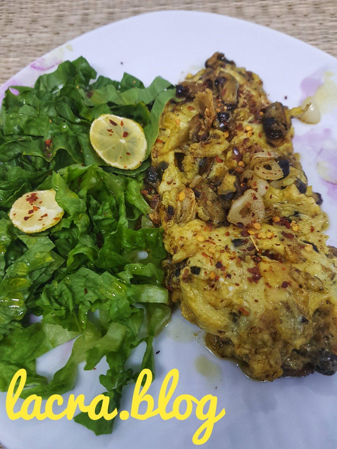 Omletă cu scoici și salată verde