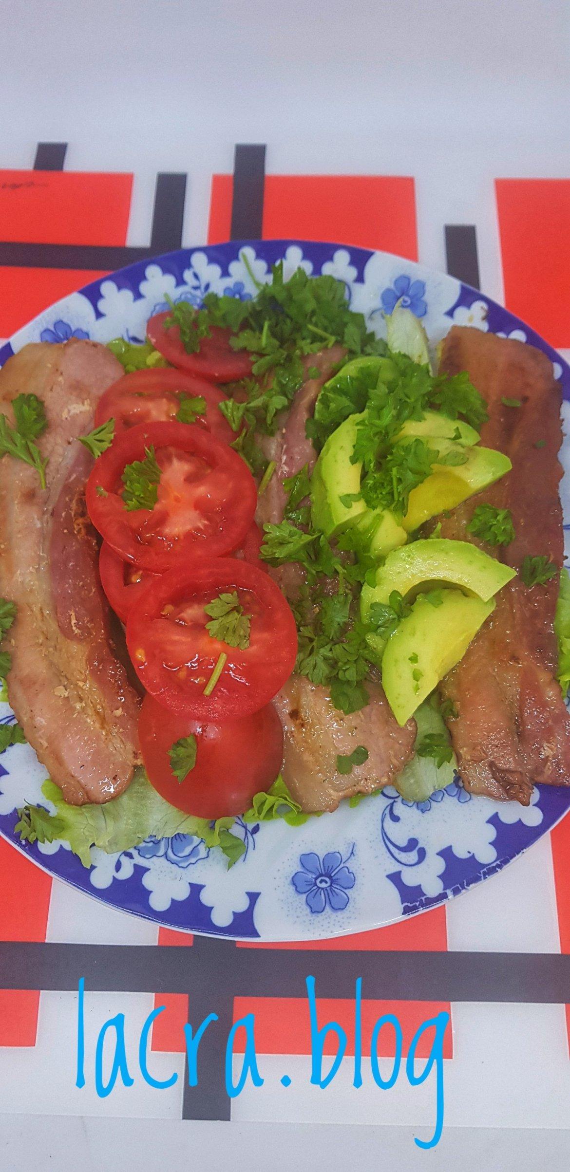 Platou cu bacon și avocado