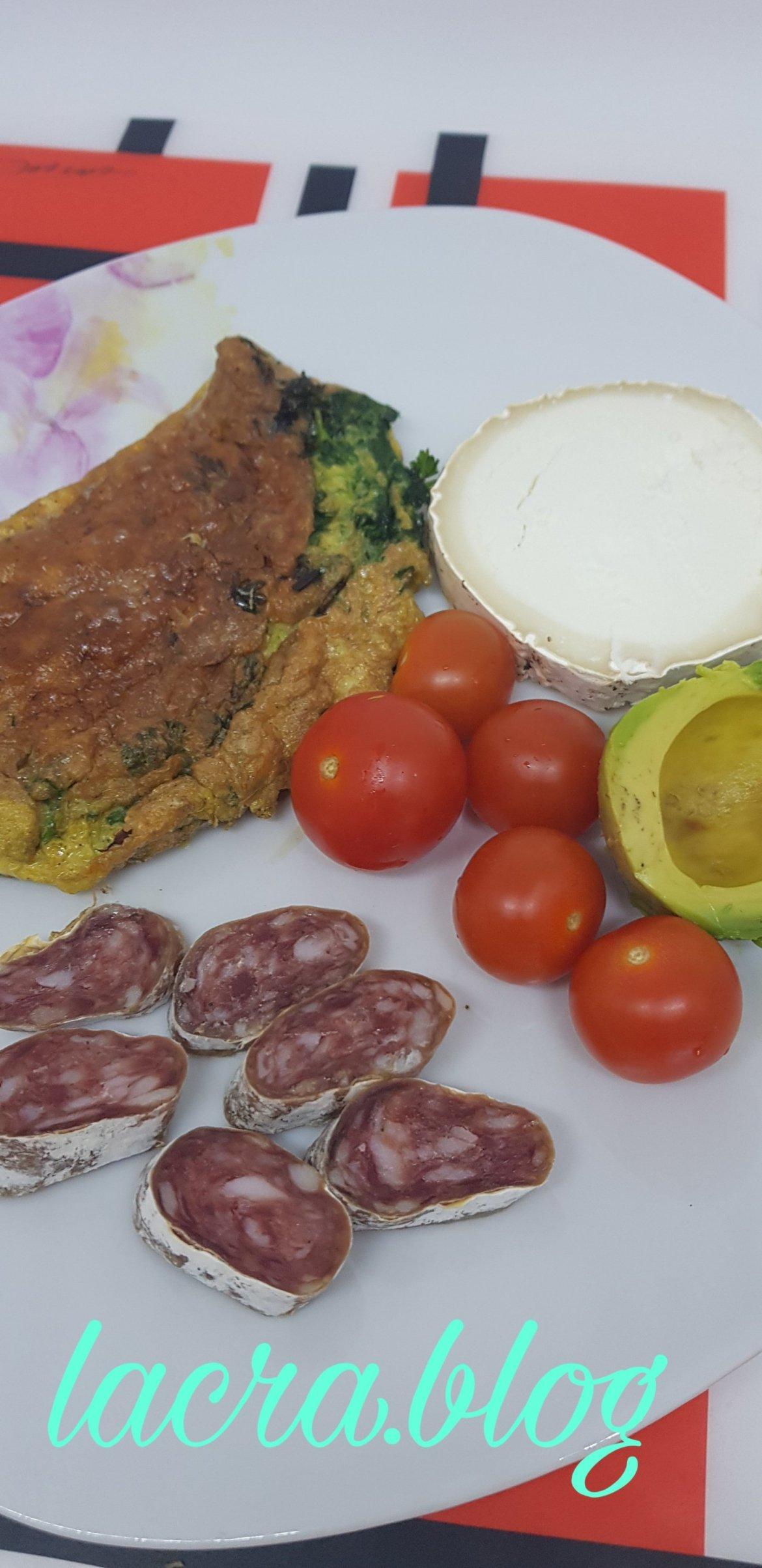 Omletă cu pătrunjel, brânză și salam