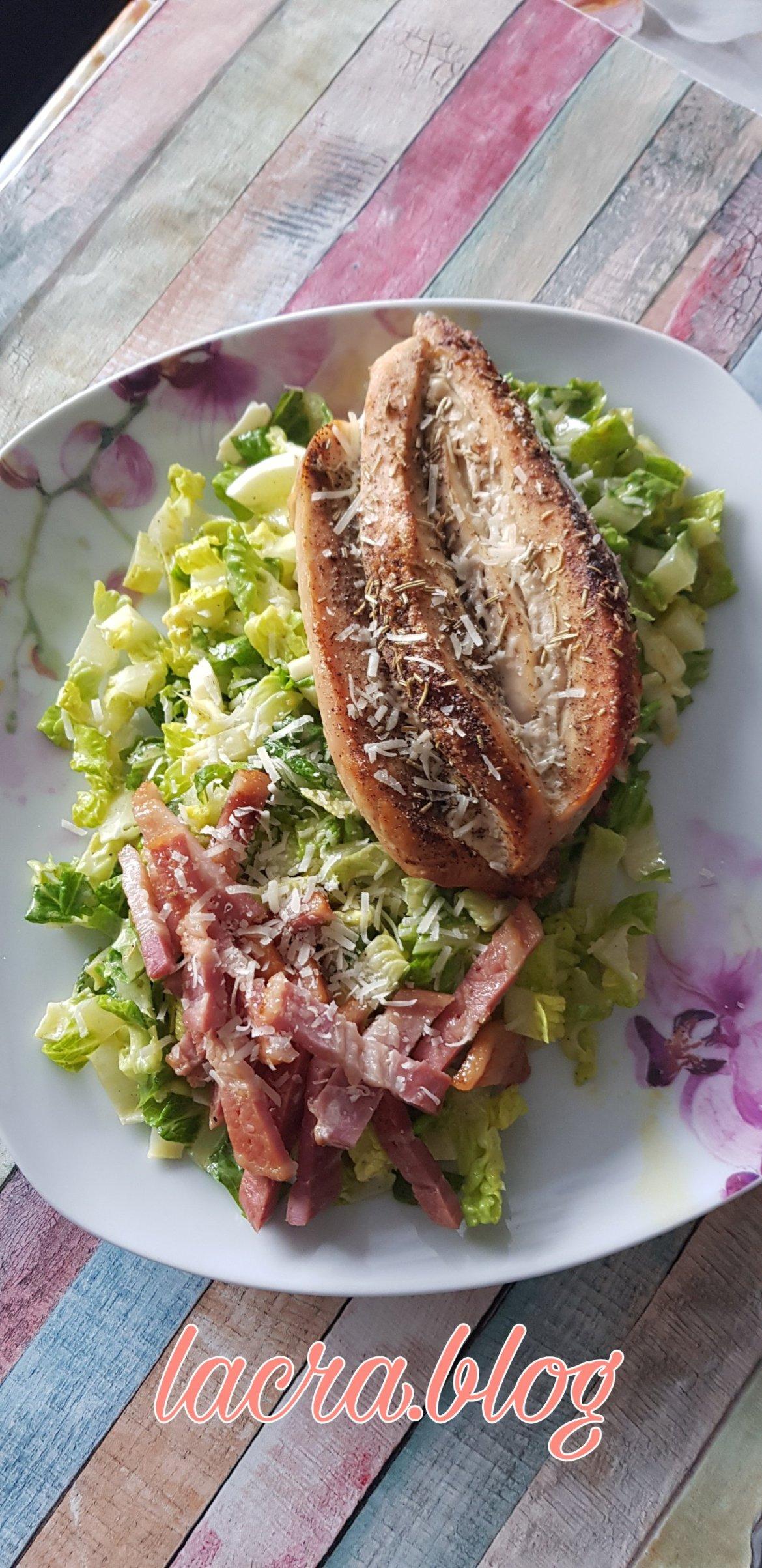 Salată keto asortată cu piept de pui