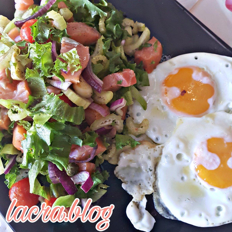 Salată de somon cu oua ochiuri