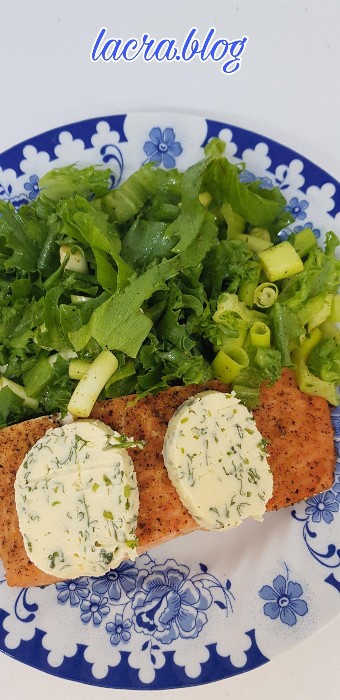 Somon cu unt aromat și salată