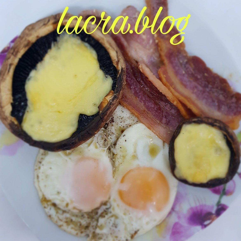 Mic dejun cu ouă, portabello și bacon