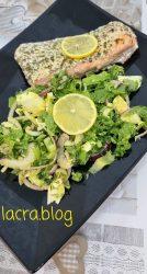 Salată low carb cu ouă și somon