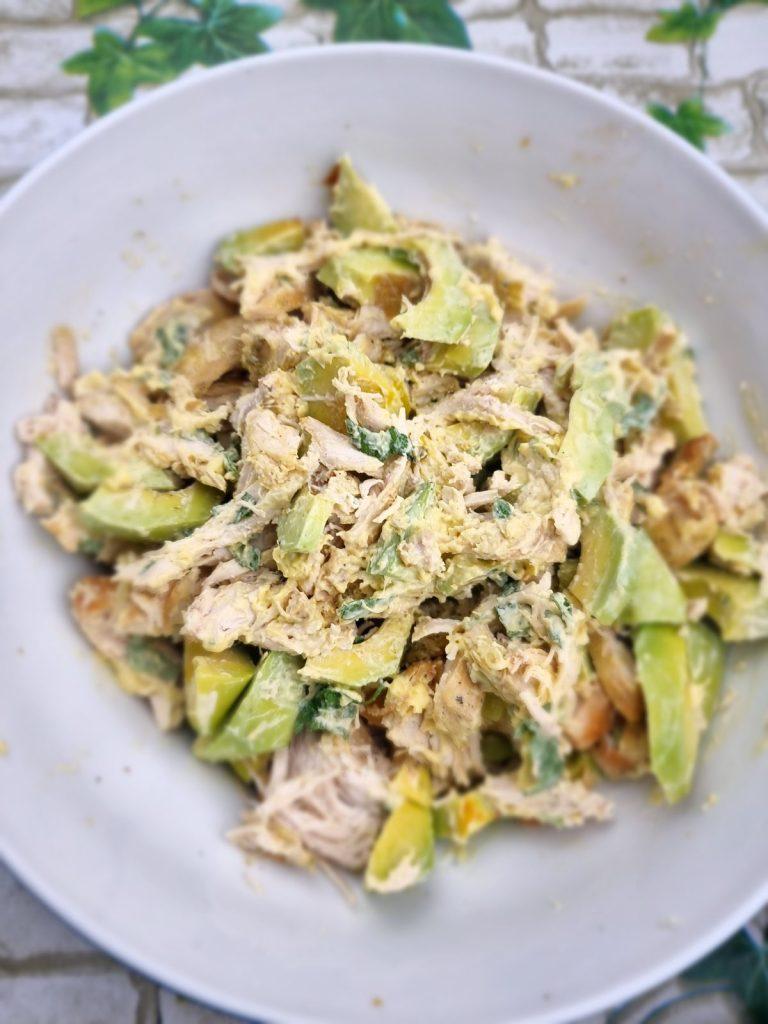Salata keto de pui cu avocado si salvie