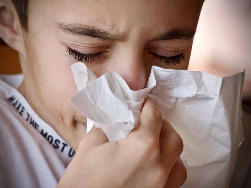 soñar con estornudar