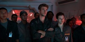 Liam Hemsworth y Travis Tope, a su derecha, escuchan a sus instructores