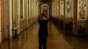 Oleg, al comienzo de la película, paseando por el Hermitage