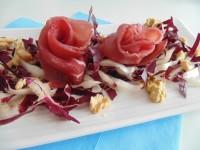 rose di bresaola su un letto di radicchio