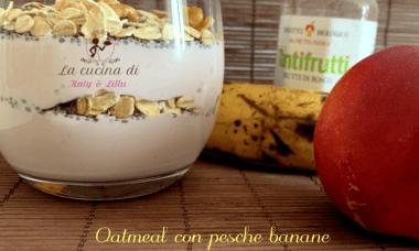 Oatmeal con pesche banane e frutti di bosco