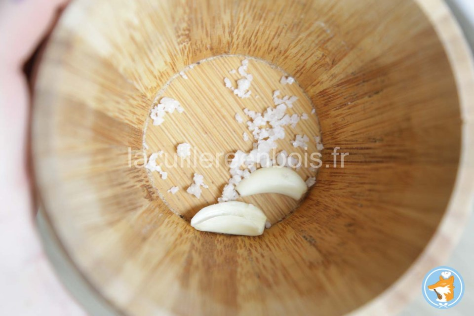 Commencez par piler le sel et l'ail pour démarrer votre pesto alla genovese
