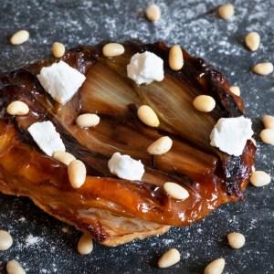 recette de tarte tatin d'endive au miel, au fromage de chèvre frais et aux pignons de pin