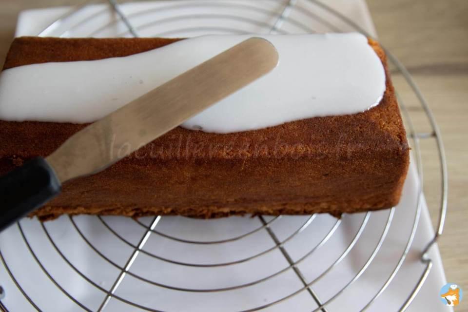 Glacez votre cake au citron avec du jes de citron et du sucre glace