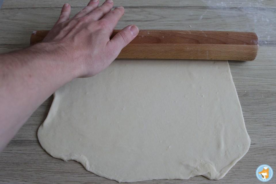 Abaissez la pâte feuilletée. La pâte feuilletée est un vrai délice avec la tatin de carottes à l'orange