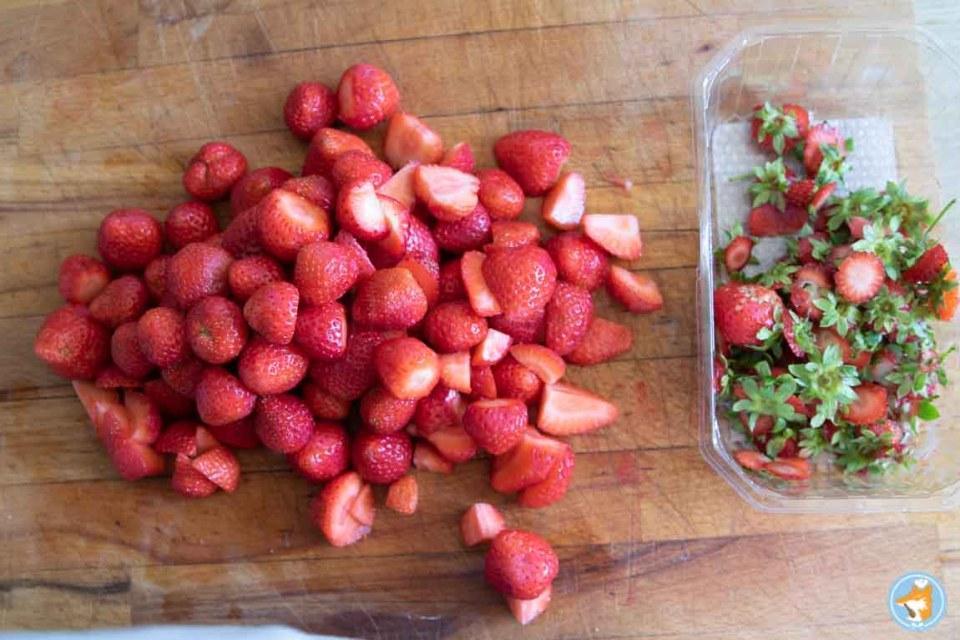 commencez votre soupe de fraises au basilic en ôtant les pédoncules des fraises