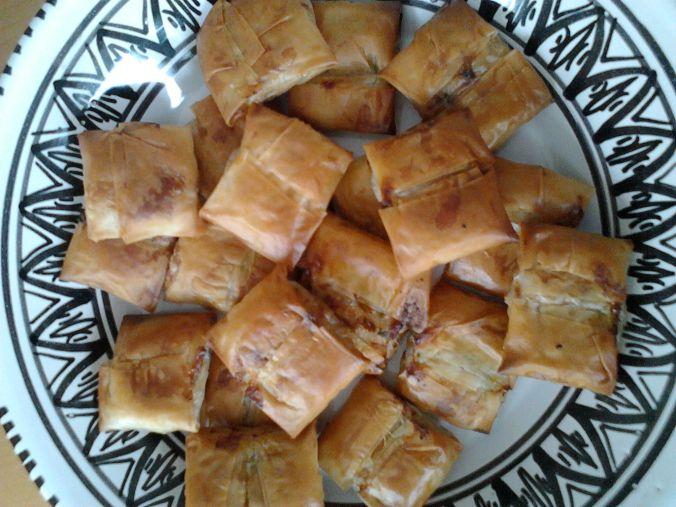 10 mini briouats (au fromage frais, au poulet façon pastillas, au thon…) : 6 €