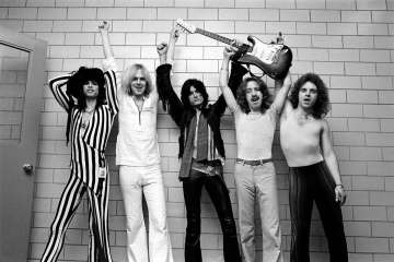 Photo of AEROSMITH and Tom HAMILTON and Steven TYLER and Joey KRAMER and Joe PERRY and Brad WHITFORD