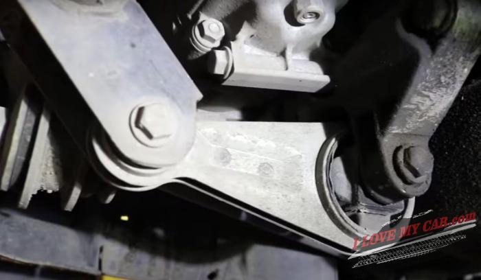 опора двигателя