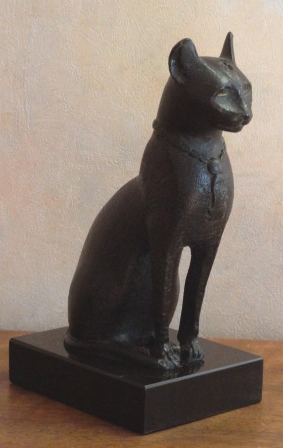 """""""Bastet, incarnée parfois dans un corps de chatte, parfois dans celui d'une femme à tête de chat."""""""