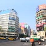 探討時尚街兩旁是豪華酒店在臺北中山站和著名品牌商店