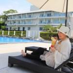 墾丁リゾートホテル「グロリアマナー」緑に囲まれた屋外プールにてリラックスタイム