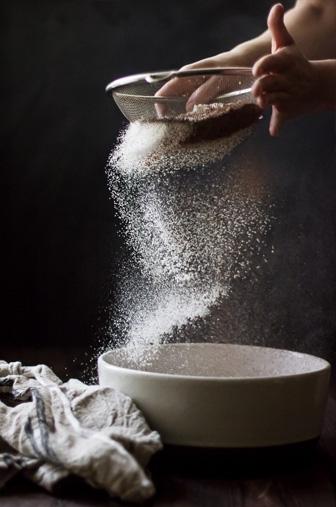 saupoudrer farine sur fond noir